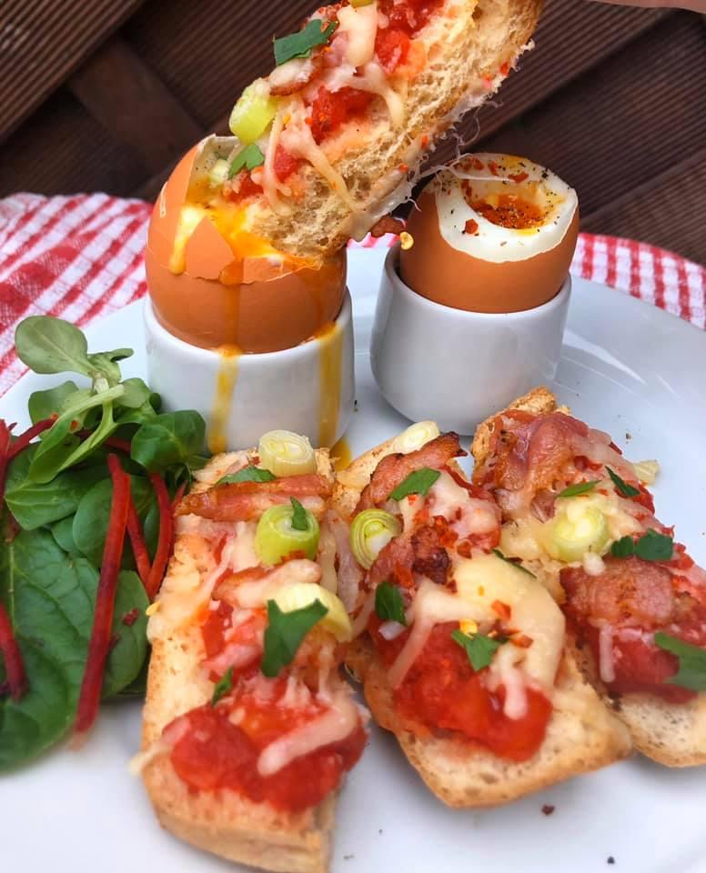 pizzas au petit déjeuner avec des œufs dippy